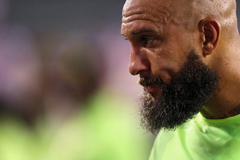 Тим Хауърд впечатлява с комбинацията от бръсната глава и дълга брада, която е доста нетипична за футболния терен.