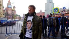 Украинският депутат Алексей Гончаренко беше задържан по време на мирното шествие в памет на Борис Немцов днес в Москва