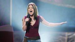 Кели Кларксън е родена през 1982 г. в Тексас и когато завършва гимназия през 2000 г., заминава в Лос Анджелис с надеждата да пробие на сцената с гласа си. Уви, този план се проваля и тя се връща в родния си град, но през 2002 г. се явява на кастингите за шоуто American Idol, което в крайна сметка печели. По-късно обаче тя разказва в интервю, че това не е бил безоблачен период в нейния живот, защото ѝ се е налагало дори да спи в колата си заради финансови затруднения.