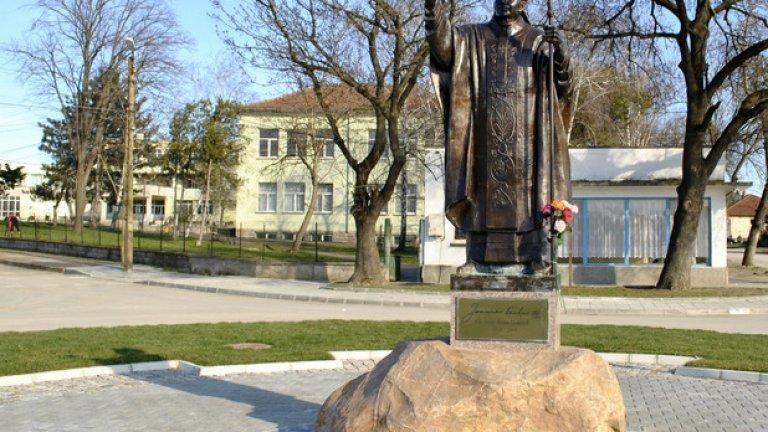 В Белене преобладаващото вероизповедание е католическото. Затова и в центъра на града се издига статуя на папа Йоан Павел II, разположена в приятна градинка