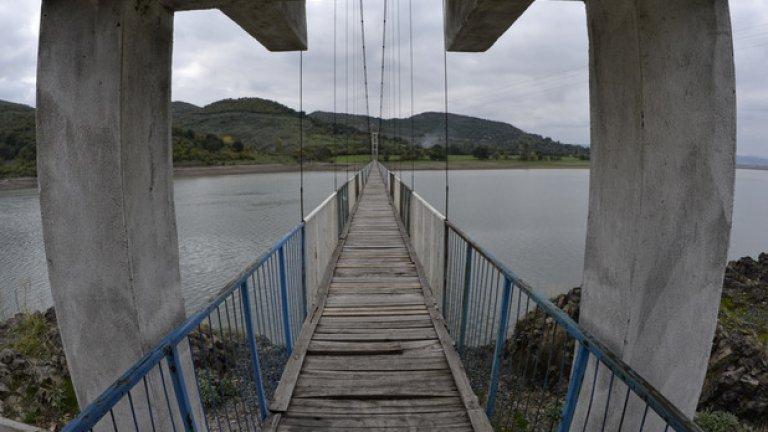 """Язовир """"Студен кладенец"""" е създаден в средата на 50-те години. Оттогава единствената връзка със света за село Лисиците е мостът. През 1993 г. придошлата вода на язовира отнася стария мост и близо до останките му е построен нов"""