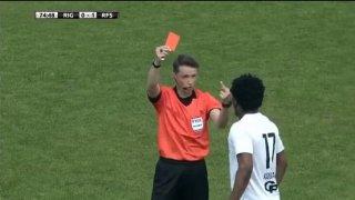 Обяснено: Защо съдия показа среден пръст на чернокож футболист, след като го изгони (видео)