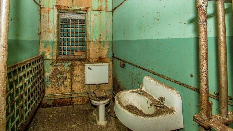 Със затворнически килии в нея.