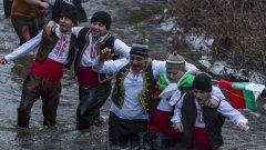 Като ходенето през лятото на Градина, спиранията на топлата вода и българския поглед върху демокрацията