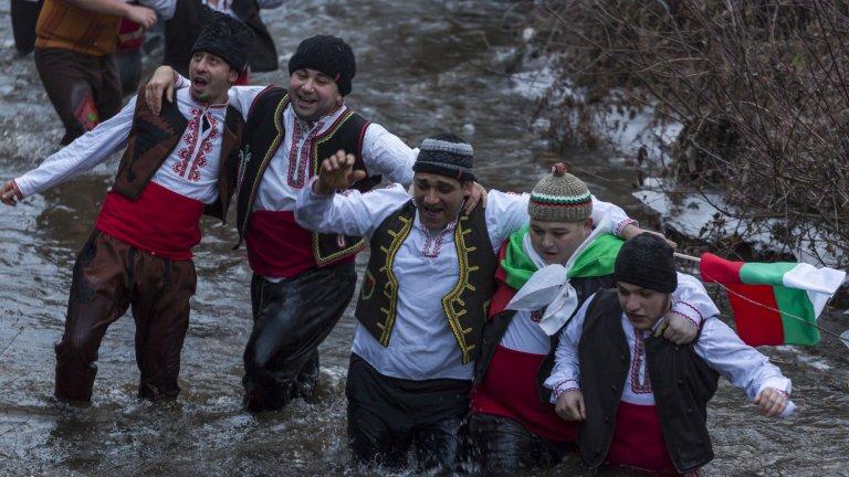 Възможно ли е да се проведе мъжкото ледено хоро в Тунджа безопасно по време на пандемия? Не. Какво обаче следва от това?