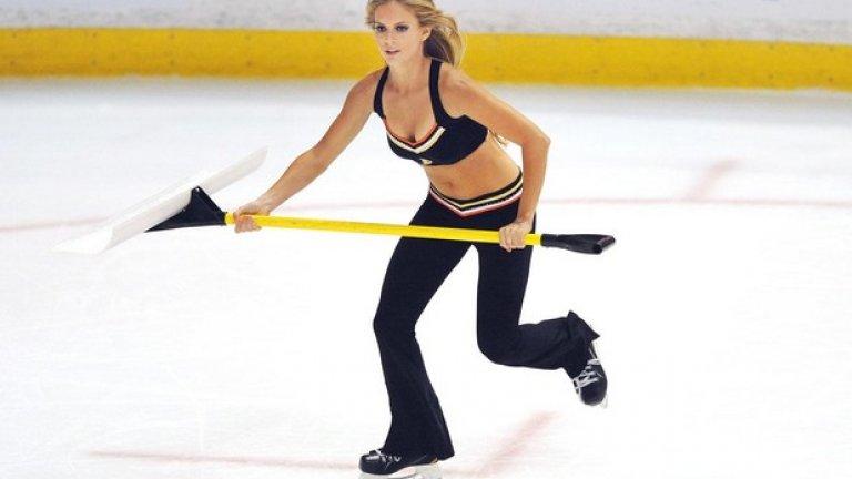 Вместо стикове държат пособия да чистят леда - те са тяхното оръжие.
