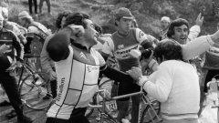 """1984 г. Бернар Ино слиза от велосипеда и се саморазправя с протестиращи фермери, заради които губи етапа в надпреварата Париж - Ница. """"Не ми пука за какво са тук, аз съм тук да побеждавам"""", коментира лютият Язовец."""