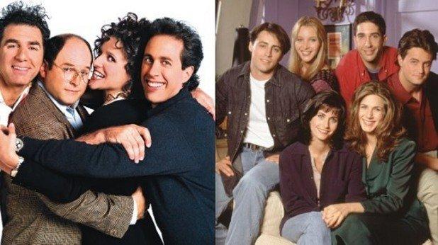 """6. Връзката със """"Зайнфелд""""  Когато сериалът дебютира през есента на 1994 г., критиците и част от публиката го оплюват, като го наричат младежка имитация на """"Зайнфелд"""". И всъщност имат право.  Поради липсата на достатъчно време сценариите за първия сезон на """"Приятели"""" се пишат на база неизползвани сценарии, създавани за """"Зайнфелд"""".   Точно затова в първия сезон почти липсват основни сюжетни нишки, които да свързват епизодите, а в отделните серии се усеща влиянието на """"шоуто без сюжет"""", както е определян """"Зайнфелд""""."""