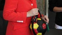 Канцлерът на Германия Ангела Меркел се появи с тематична чантичка преди финала на световното първенство снощи