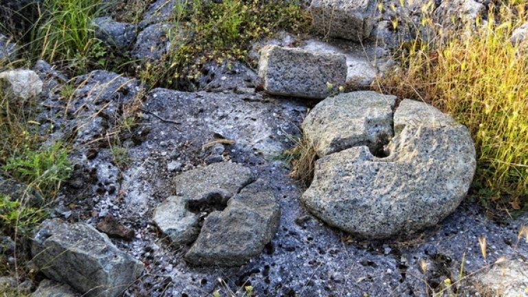 Следи от миналото, разпръснати из землището на крепостта
