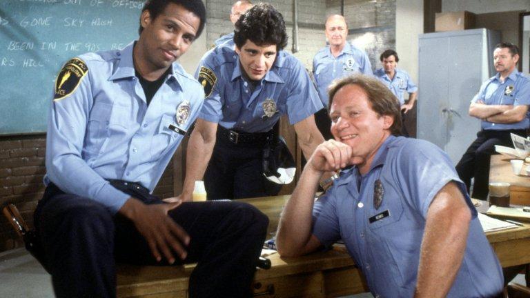 """Hill Street Blues, 1981 Въпреки че заглавия като """"Семейство Сопрано"""" (The Sopranos) и """"Игра на тронове"""" (Game of Thrones) създадоха на телевизията имиджа на медия, която може да разказва сложни истории за възрастни, преди тях имаше друг сериал, който подсказваше същото - Hill Street Blues. Пилотният епизод (Hill Street Station) на полицейската драма прави пробив, съчетавайки няколко интересни идеи - документален стил на заснемане, подходящи за сериал арки на героите, внимание към социалните теми. Така прави нещо различно от всичко друго, което се излъчва по телевизията в този период. И други сериали са експериментирали с една или друга иновация по отношение на сценария, но никой от тях не е обединявал всички в едно. Критиката веднага оценява сериала. Зрителите - малко по-късно. С Hill Street Blues се отбелязва началото на модерната телевизионна драма."""