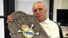 """Ицо позира гордо с """"надгробната плоча"""" на Реал."""