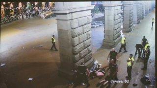 На кадрите се виждат седем души зад колоните на НДК, които са бити с ритници и палки