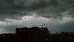 Очакват се валежи и гръмотевици, така че не излизайте без чадър.