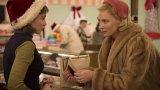 """""""Каръл"""" (2015)  """"Каръл"""" е от филмите, които спокойно можем да гледаме по Коледа. Сценарият е базиран на едноименния роман от 1952 г. на Патриша Хайсмит. През 1952 г. младата фотографка и продавачка в магазин - Терезе Беливе, случайно се запознава с Карол Еърд, която е омъжена жена с дете, но пред развод. Двете започват романс, който продължава сравнително дълго, но обстоятелствата ги принуждават да го прекратят. Зрители и критика му дават добри оценки."""