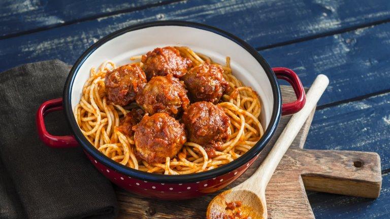 """Спагети с кюфтенцаСпагетите са италиански, малките симпатични кюфтенца също се ядат на Ботуша, но комбинацията между двете не съществува в традиционната италианска кухня. Приема се, че изобретението, наречено """"спагети с кюфтенца"""", е американско или в най-добрия случай измислено от италианци, преселени от поколения в САЩ.   В Италия кюфтетата обикновено се сервират като храна за аперитив в компанията на разнообразни сирена, а не на паста. Спагетите пък според италианците рядко си вървят с месо и те предпочитат да ги смесват с по-леки зеленчукови сосове."""