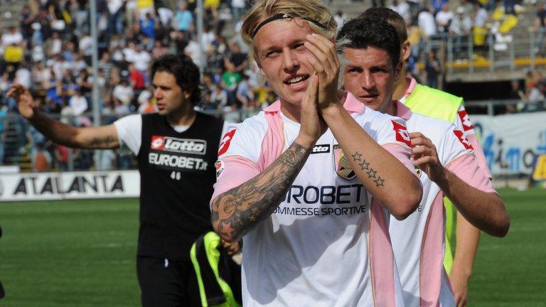 """Защитник: Симон Кяер Кяер изкара два сезона в Палермо, в които утрои цената си. """"Орлите"""" платиха 4 млн. на Мидтиланд, където бранителят направи дебюта си в професионалния футбол, а през 2010-а го продадоха във Волфсбург. След това игра за Рома под наем, Лил и Фенербахче, преди Севиля да го вземе през миналото лято срещу 12,5 млн. евро."""