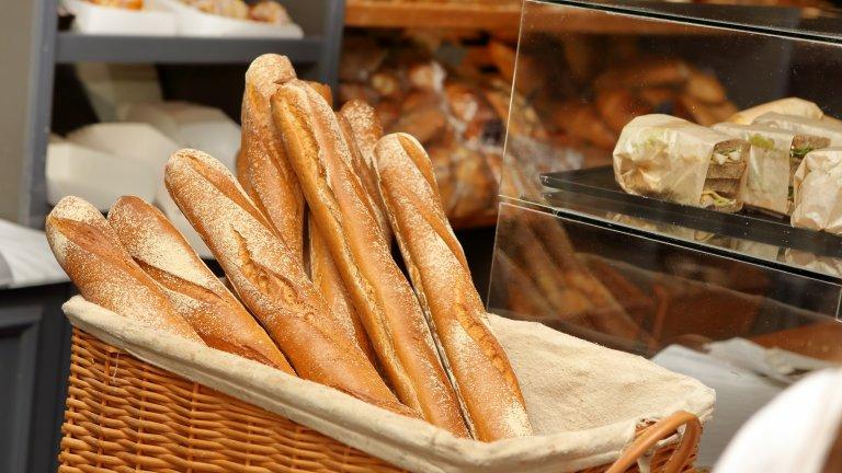 """БагетитеБагетите са сред най-популярните символи на френската кухня, но всъщност са изобретени в Австрия и сред наименованията им е """"виенски хляб"""". Именно във Виена се заражда специфичната издължена форма на хляба, която прави коричката още по-хрупкава и неустоима, а в началото на XIX век багетата се пренася и във Франция."""