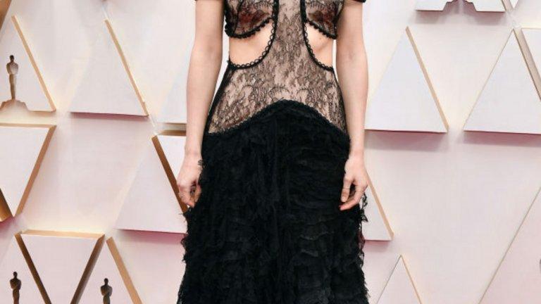 """Руни Мара   Половинката на Хоакин Финикс избра рокля, която доста напомняше тази от наградите """"Златен глобус"""". Тя отново заложи на черно в нестандартен прочит с дантела и изрязани части. Дизайнът е на  Alexander McQueen."""
