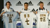 """В рамките на осем дни Реал изигра четири приятелски срещи в четири различни страни: Китай, Япония, Хонконг и Тайланд. Азаиатското турне на """"кралете"""" приличаше повече на музикално турне на рок банда отколкото на подготовка за предстоящия сезон.  """"Бяхме като """"Бийтълс"""", спомня си Фиго в интервю за официалния сайт на УЕФА през 2015 г."""
