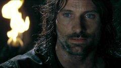 """Арагорн във """"Властелинът на пръстените"""" (2001)  Едва ли има човек, който е гледал филмите от сагата """"Властелинът на пръстените"""" и не е останал възхитен от ролята на Виго Мортенсен като Арагорн - """"най-великият ловец и преследвач от тази ера"""".   Малко хора обаче знаят, че преди Мортенсен да вдигне меча на Андурил, ролята на Арагорн е била предназначена за ирландеца Стюард Таунсенд (""""Кралицата на прокълнатите"""", """"Лигата на необикновените"""", """"Глава в облаците"""" и др.).   Таунсенд дори прекарва два месеца в подготовка за ролята. Един ден преди да започнат снимките за """"Задругата на пръстена"""" обаче продуцентите го уволняват с мотива, че им се струва твърде млад за образа на Арагорн."""