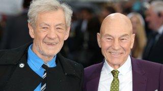 Патрик Стюарт и Иън Маккелън се запознават още през 70-те години зад кулисите на Кралския шекспиров театър в Стратфорд на Ейвън, в който по това време и двамата работят, но не и по общи продукции. Стюарт обаче е срамежлив и са му нужни дни, преди да отиде да се запозне с Маккелън, който вече е добил популярност.