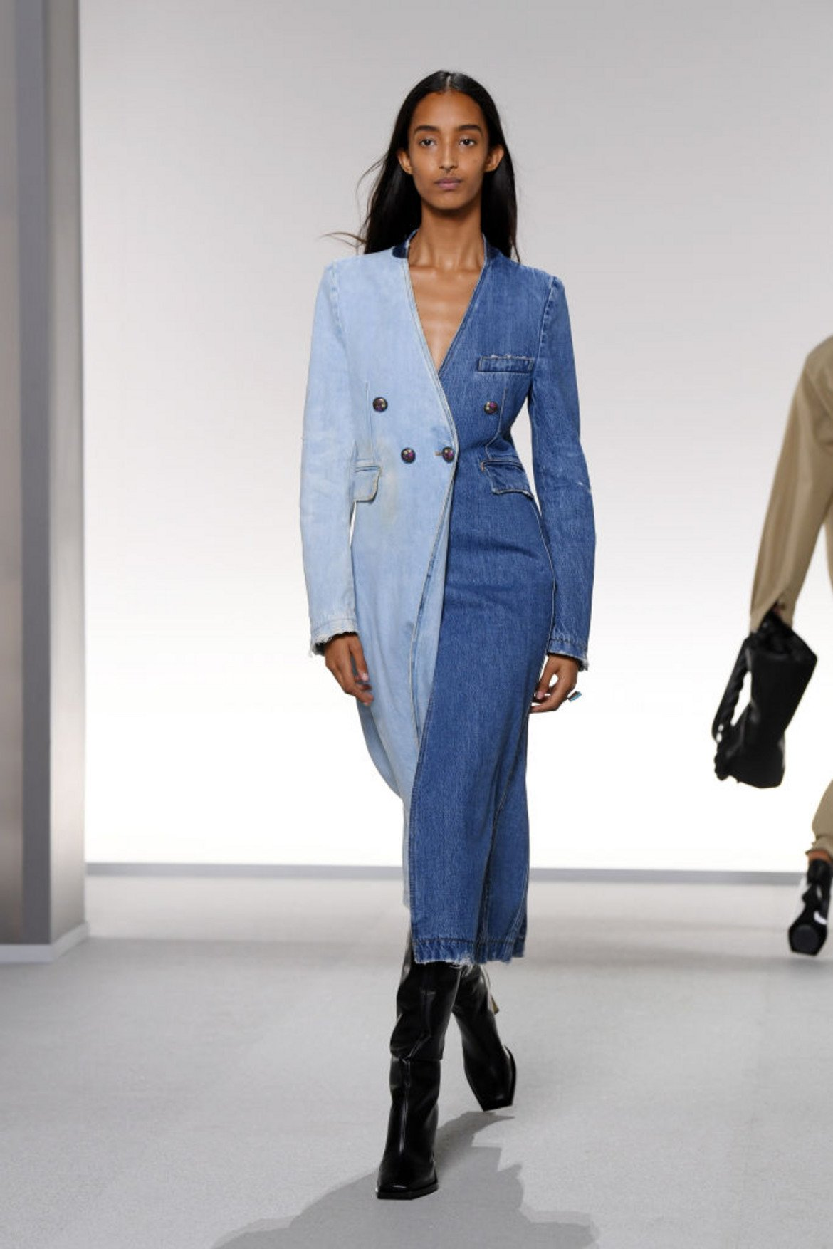 Избелял деним (Faded denim)  Помните избелелите дънки, нали? Удобни и винаги лесни за съчетаване. Именно те вдъхновяват и един от цветовете тази пролет.   Mодел на Givenchy от колекцията пролет/лято 2020, представена на Парижката модна седмица през септември 2019 г.