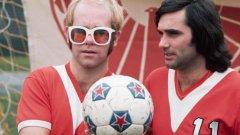 """В края на 2020-а ще се навършат 15 години от смъртта на Джордж Бест. По традиция геният от Белфаст присъства в галериите """"Незабравими"""". На тази снимка легендата на Манчестър Юнайтед е със сър Елтън Джон."""