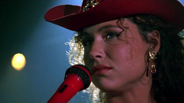 """Мини Драйвър - $5000 за """"Златното око""""  Драйвър по това време живее на плаж в Уругвай и е напълно разорена, когато агентът й се обажда и я пита дали желае малка роля в """"Златното око"""", първия филм за Джеймс Бонд с Пиърс Броснан. Тя реално не играе и толкова много в него - тя просто пее Stand By Your Man с тежък руски акцент, докато носи отрупана с пайети каубойска шапка, и получава само 5 хиляди за усилията си. Но пък винаги може да заяви, че е играла във филм за Бонд."""