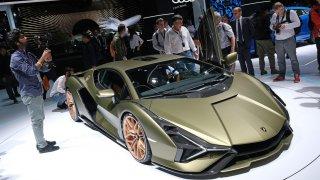 """""""Мекият хибрид"""" на Lamborghini се възползва от помощта на суперкондензатори. По думите на техническия директор на компанията именно те са бъдещето на електрическите суперколи, а не батериите."""