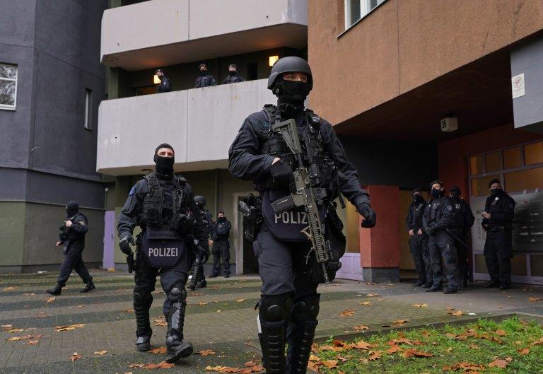 Полицаи на мястото на акцията, при която са задържани трима души за кражбата на скъпоценности от музей в Дрезден.