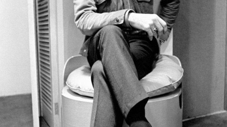 """1 юни 1967 г. - Край на една успешна година. Бест, сниман в собствения му моден салон в Манчестър, в деня на излизането на албума на """"Бийтълс"""" - """"Сърджант Пепър"""". Символиката е очевидна, това е непризнатият член на бандата!"""