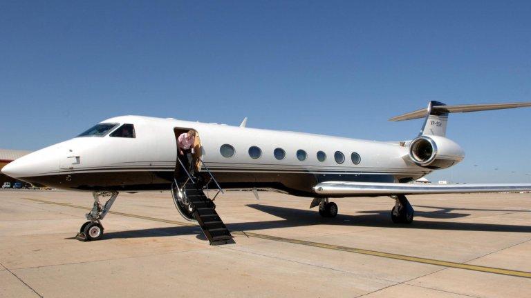 Частен самолет GulfstreamЗа по-дълги разстояния бизнесменът не разчита на надеждния Chevrolet, а на частен самолет Gulfstream. Машината е на цена от около 65 млн. долара и се води сред най-бързите частни самолети в света. Самият Безос признава пред Bloomberg, че за човек като него подобна придобивка не е лукс, а необходимост.