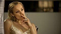 """Ани Безеридис, """"Истински детектив""""   Героинята на Рейчъл Макадамс от """"Истински детектив"""" е сред най-разпознаваемите образи. Ани Безеридис е отгледана от ню ейдж гуру, майка й се е самоубила, когато Ани е била дете, а като зряла жена потъва в алкохолизъм, хазартна страст и порнография. Тя е завладяващ образ от поредицата на HBO."""