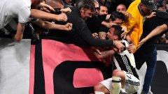 Манджукич е скочил в публиката, след като откри резултата срещу Монако