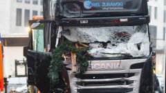 Властите разкриха и че автоматичната спирачна система на камиона убиец се е задействала 70-80 метра, след като камионът се е врязъл в коледния базар в Берлин и това е предотвратило наличието на повече жертви.