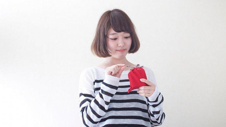 Интересно японско схващане е, че не бива да си отваряш подаръка от някого, докато той не те подкани да го направиш. Не се счита за възпитано. В миналото не са отваряли изобщо подаръци в присъствието на човека, който ги е поднесъл. Сега го правят внимателно, без да късат хартията, иначе е грубо.