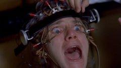 """A Clockwork Orange / """"Портокал с часовников механизъм"""" Единственият филм в историята на британското кино, който е изтеглен от разпространение от собствения си режисьор, заради множеството престъпления, които инспирира. """"Портокал с часовников механизъм"""" показва психопатия и насилие по брилянтен начин, но не всички възприемат изкуството единствено като изкуство. Той вдъхновява няколко убийства, включително и тези, извършени от двама младежи, директно имитиращи филма. Сред другите престъпления инспирирани от филма са групово изнасилване на младо момиче от група младежи, пеещи """"Singing in the Rain"""" - директно копирайки сцена от филма."""