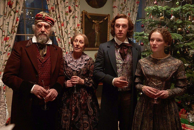 """""""Човекът, който измисли Коледа"""" (2017)  Това е биографичен драматичен филм, режисиран от Бхарат Налури и написан от Сюзън Койн по едноименната книга на Лес Станфорд. Сюжетът следва Чарлз Дикенс (Стивънс), докато той замисля и пише """"Коледна песен"""" – вечната новела, която ще промени празника завинаги. Участват Дан Стивънс, Кристофър Плъмър и Джонатан Прайс, отзивите от критика и зрители са добри."""