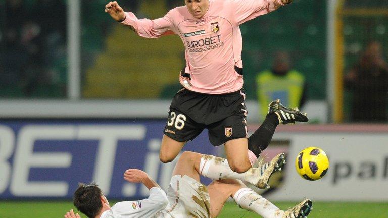 """Десен уинг бек: Матео Дармиан Продукт на академията на Милан, Дармиан изгради доброто си име в тима на Торино, но преди това игра именно в Палермо, който плати 800 000 евро за него на """"росонерите"""" през 2010-а. След само 16 мача с екипа на Палермо Дармиан премина в Торино. За """"биковете"""" записа 150 двубоя, вкарвайки и шест гола, а през 2015-а Юнайтед реши да плати 18 млн. за него, но италианецът все още не може да се утвърди като титуляр и спекулации около бъдещето му изскачат периодично."""