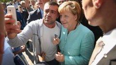 Меркел лично посрещна бежанците, но напливът им се оказа непосилен за правителството й