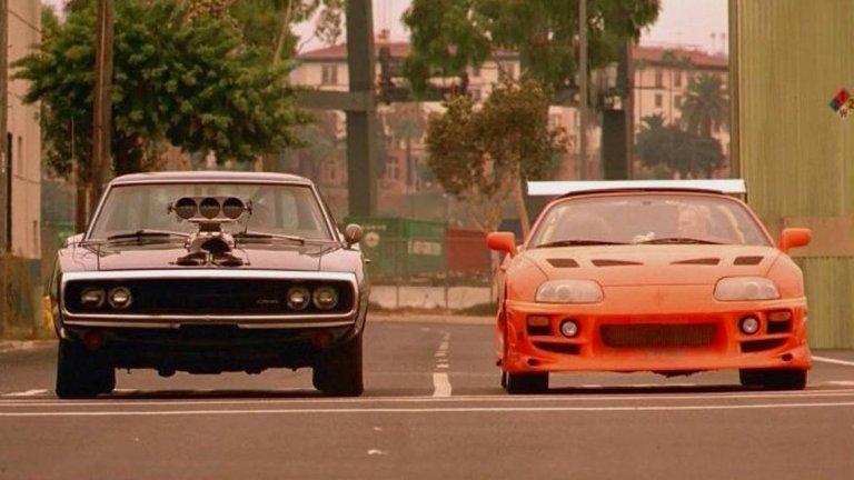 """Както """"Бързи и яростни"""" се превърна от поредица филми за улични състезания в поредица екшън филми с малко коли в тях, така и истинските улични състезания в Лос Анджелис вече не са същите - фокусът вече не е върху това кой е най-бързият, а върху това кой ще получи повече """"харесвания"""" в социалните мрежи."""
