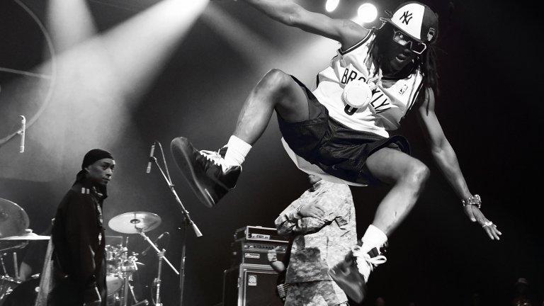 """Public Enemy  Групата основана от Chuck D и Flavor Flav доби популярност със своите политически и социално ориентирани текстове и най-вече с критиката си към американските медии. Албумът им от 1988 г. """"It Takes A Nation of Millions to Hold Us Back"""" постига огромен успех, като засяга проблемите в афроамериканската общност. Година по-късно излиза и сингълът """"Fight the Power"""", който и досега се счита за една от песните с най-голямо влияние в хип-хопа изобщо."""