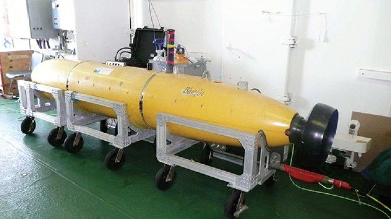 Очаква се малката подводница да бъде спусната от австралийския кораб, за да направи карта на морското дъно в търсене на останките