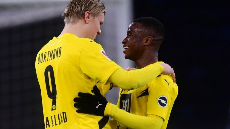 Юсуфа Моукоко се превърна в най-младия футболист в историята на Дортмунд, като дебютира както в Бундеслигата, така и в Шампионската лига.