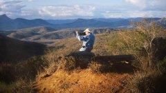 """""""Солта на земята"""" (The Salt of the Earth)   Най-новият филм на знаменития Вим Вендерс е документален портрет на фотографа Себастиао Салгадо, чието творчество разкрива неотслабваща вяра в човешката цивилизация. През последните 40 години Салгадо обикаля континентите, следвайки непрестанно променящото се човечество, и става свидетел на някои от най-важните събития от близката ни история: международни конфликти, глад и изселване. Покъртителните му снимки на човешки трагедии са представени из целия свят, но има и обвинения, че фотографът експлоатира жертвите за собствената си облага. Животът и работата на Себастиао Салгадо са представени от сина му Жулиано, който го придружава при последните му пътувания, и от Вим Вендерс, който също е фотограф и любител на черно-белите снимки.  Кога: на 14 март в зала 1 на НДК от 19.00, 15 март в Arena Deluxe Bulgaria Mall от 19.00, 16 март в Cine Grand от 18.30, 17 март в Културен център на СУ от 19.30, 18 март в Cinema City Mall of Sofia от 19.00, 19 март в G8 от 18.30, 20 март в кино Одеон от 18.30, 27 март в Евро Синема от 18.45, 28 март в G8 от 20.30 и 29 март в Дома на киното от 13.00"""