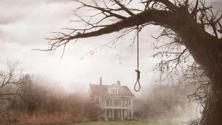 """""""Заклинанието"""" (The Conjuring, 2013 г.)  Стигаме и до филма, който даде началото на цял хорър франчайз. Всичко обаче започна с първия филм от 2013 г., който се превърна в забележителен финансов хит и даде възможност историята да бъде продължена в различни посоки.  За какво се разказва? Семейство се нанася в новия си дом в Роуд Айлънд, но още първите им нощи там са придружени от смущаващи и дори плашещи събития. Това кара фамилията да се обърне към Ед и Лорейн Уорън - двойка паранормални изследователи. Именно чрез тяхното разследване ще се потопите в ужасяващата история на къщата и кървавите причини за всичко случващо се."""