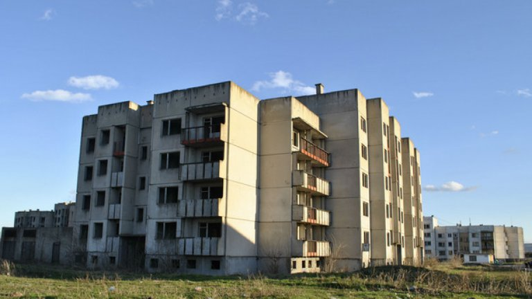 """Първи рани от недомислицата АЕЦ """"Белене"""" в града. Строени през 80-те години за работещите по атомната централа, тези жилищни блокове вече са навлязли в своята 30-та годишнина. Необитаеми и страховити, те са призраци, напомнящи за огромни злоупотреби"""