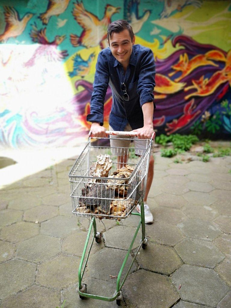 Юлиан пред любимия за всички гости реквизит край студиото, в което се записват подкастите на Webcafe.bg