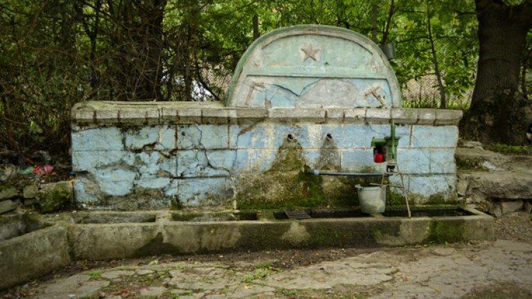 Селската чешма още помни епохата на петолъчките. През лятото водата в нея често пресъхва, затова местните са я снабдили с помпа